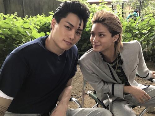「撮影裏は真逆かのようにお茶目な2人」と明かした劇団EXILEの鈴木伸之との仲良しショットを公開し、ファンから反響を呼んでいる。